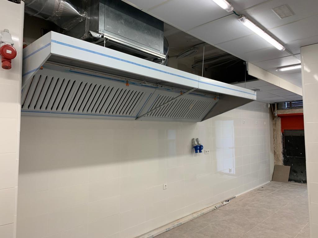 Instalación de sistemas de extracción de humos – Campana, extractor y conducto instalados